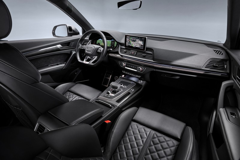 SQ5 TDI座艙與汽油版SQ5相同有著濃厚的性能氛圍。