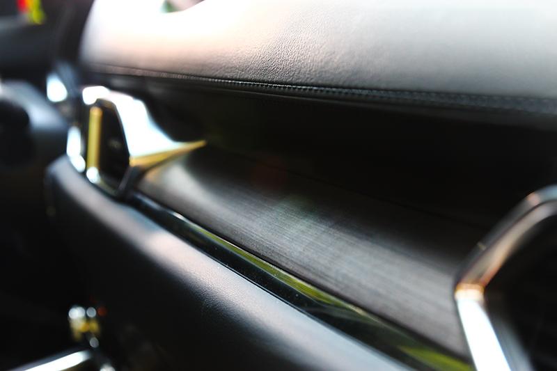 2.5升車型飾板改以實木材材質。
