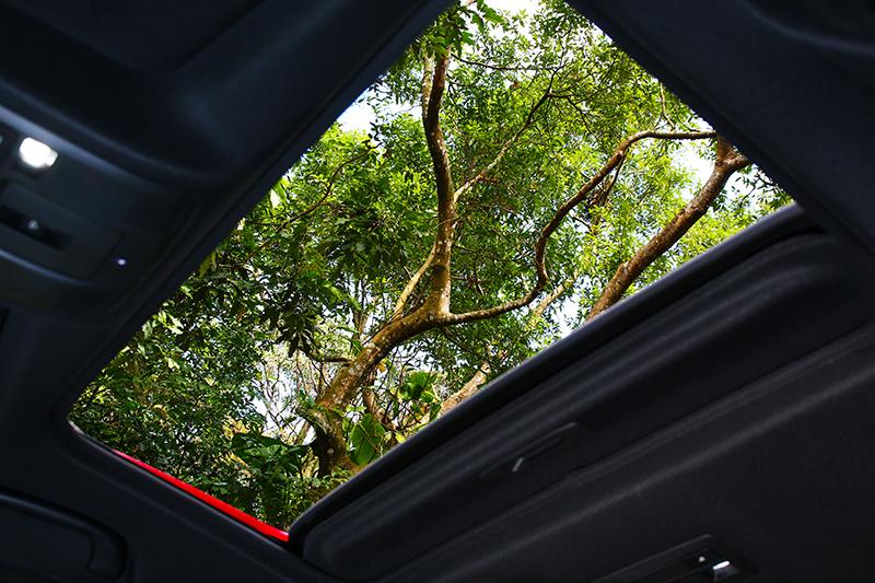 電動天窗僅搭載於2.5升旗艦進化車型。