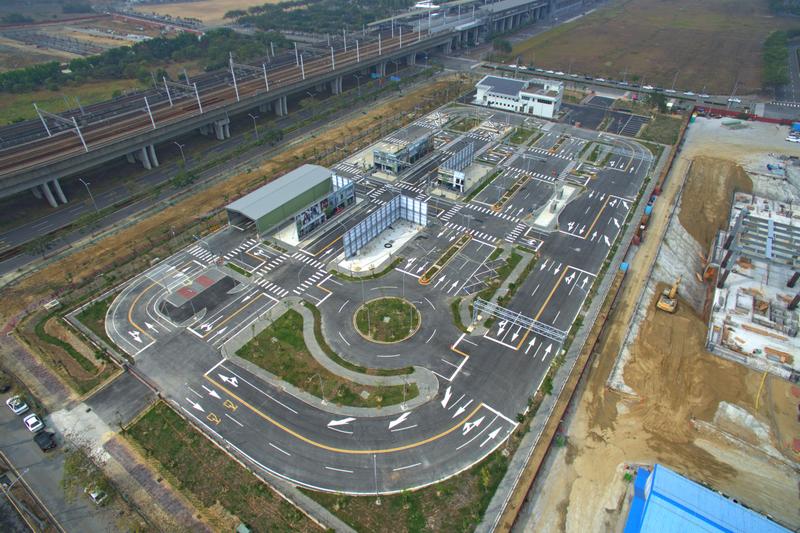智慧駕駛測試實驗室佔地194×90m約1.8公頃面積,內部規劃模擬13項道路環境。