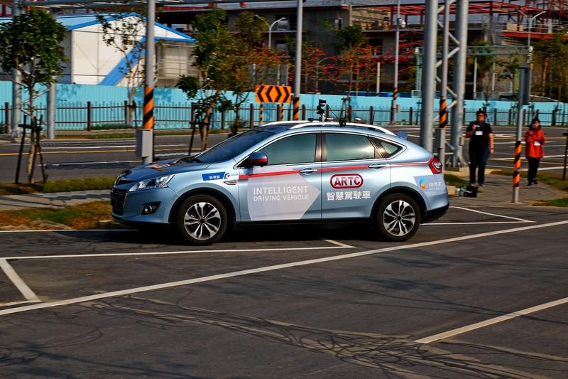 自駕車上搭載攝影鏡頭、雷達偵測、GPS等所有自動駕駛所需設備。