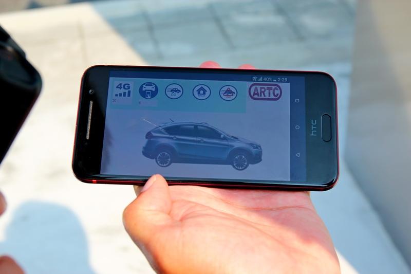 透過手機可讓車輛自行前往指定位置。