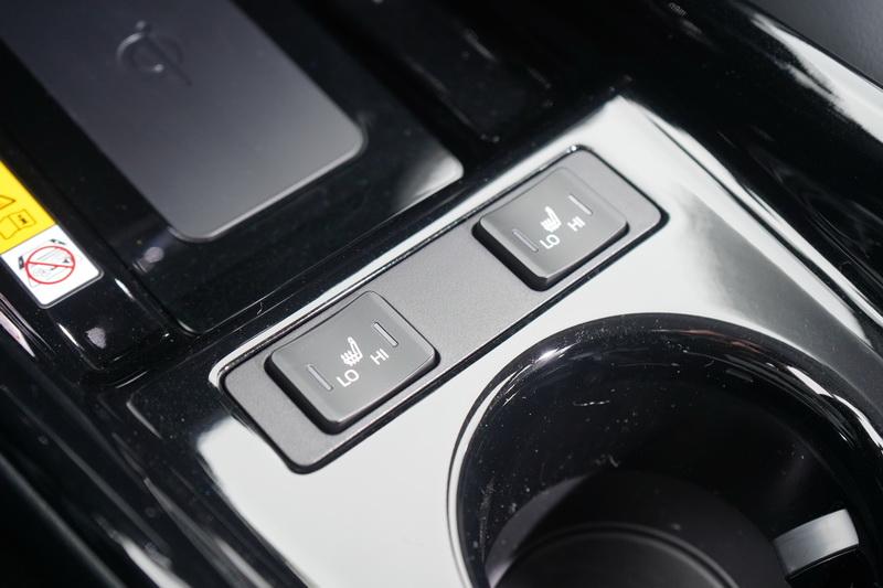 座椅加熱按鍵調整至中央鞍上,操作起來更為就手