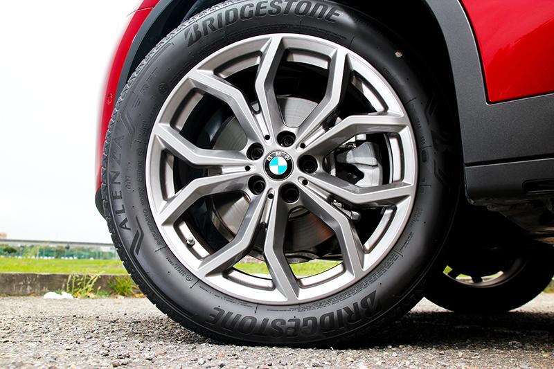 在搭載輪圈、前後下護飾板的xLine套件後也強化運動色彩。
