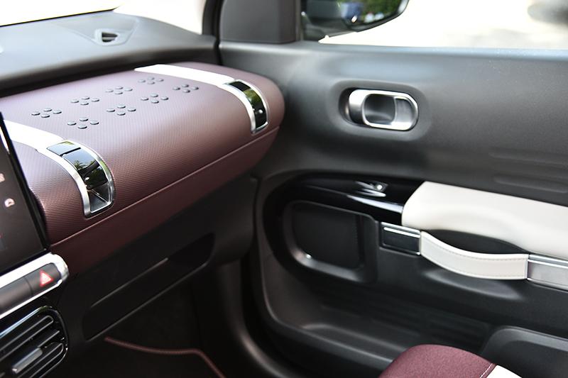 手套箱上蓋是模仿復古皮箱造型,讓此車更具時尚感。