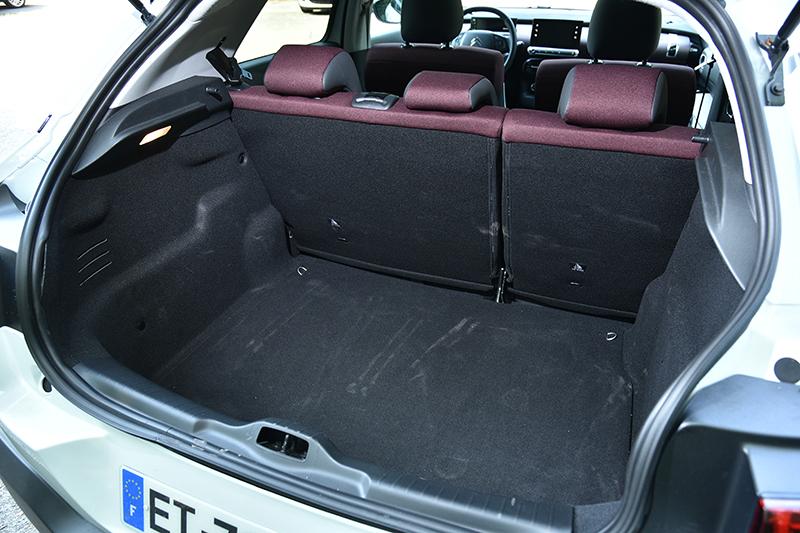 行李廂標準容積有358升,算得上寬敞好用。