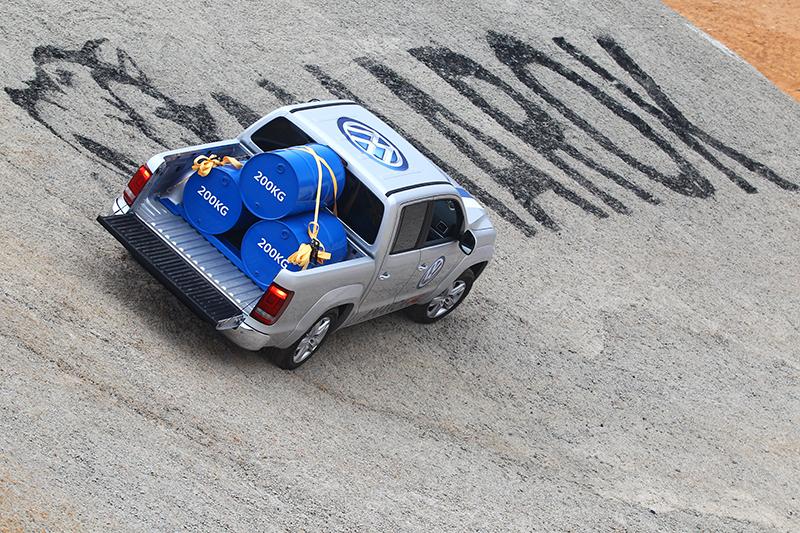 車內還裝有500kg的水泥袋,本來陳大哥要我上車體驗的,我...還是在旁邊拍照就好。