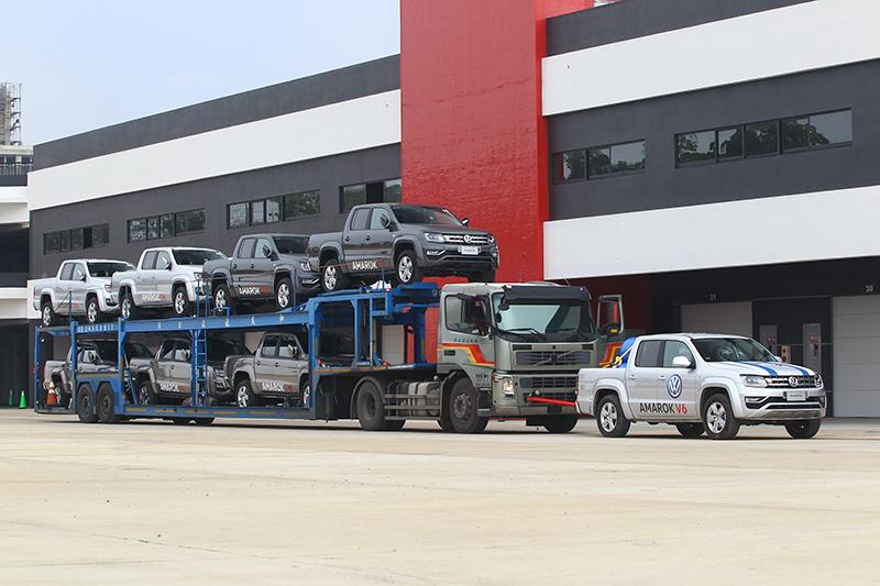 是的,這是倒敘法,其實一開場這輛負重一噸多的Amarok就已經拉出一輛大拖車外加七輛Amarok。