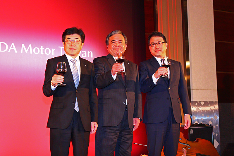 (中)董事長渡部宣彥、(左)總經理浜本俊輔、(右)新任總經理三浦忠。