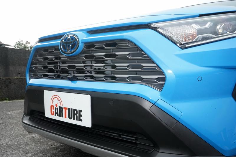 車頭採幾何多邊形元素架構出更為霸氣的車格與面容