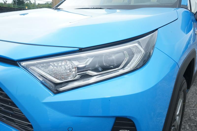 Bi-Beam LED頭燈組是Hybrid款獨有配備