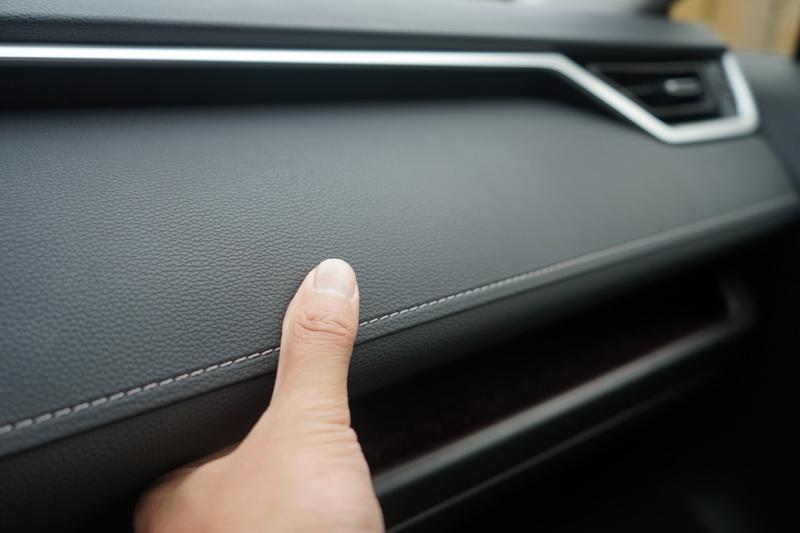 儀表採用軟質搭配皮質的混搭風營造出高級車的質感