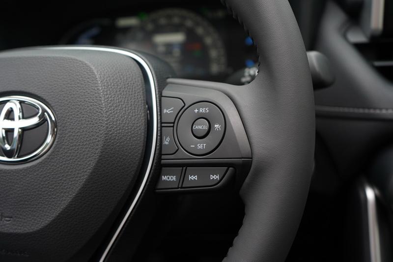 方向盤同樣配置有主動車距控制及車道偏移輔助按鈕