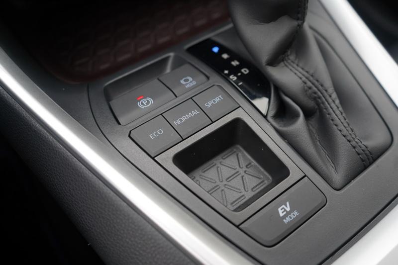 Hybrid旗艦型在排檔座上多了EV純電行駛模式按鈕