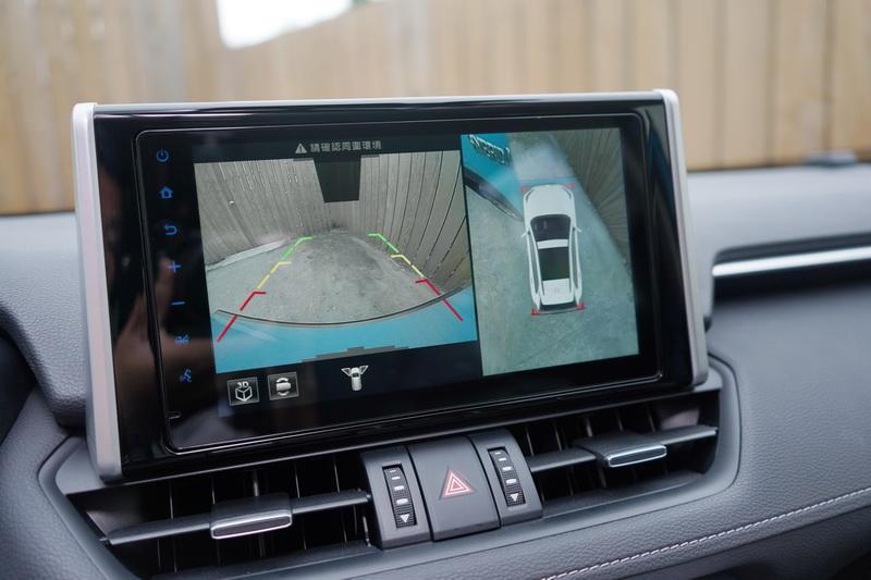 360度環景影像輔助在倒車或行經狹小巷弄時相當好用