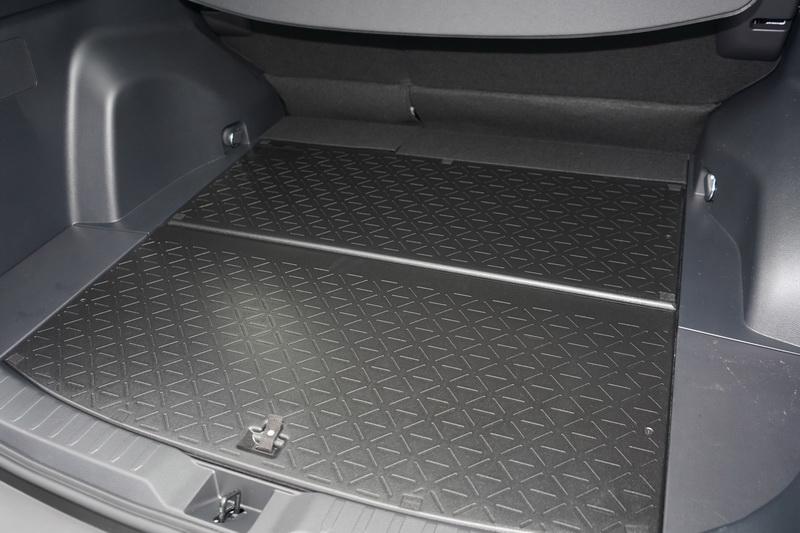 後行李箱底板這次採用絨布/防刮兩種不同材質,可依不同的使用狀況自行切換