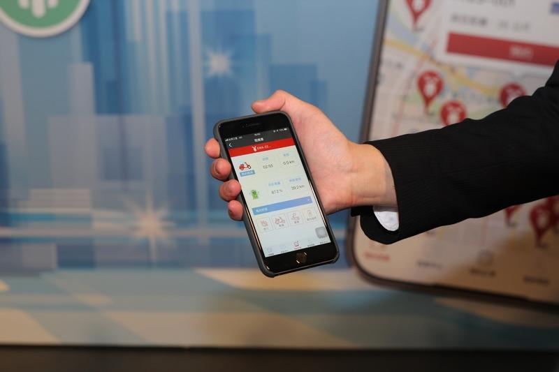 透過手機APP即可租車,也能掌握機車電量等資訊。