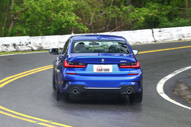 不重的車頭配上不顯著的側傾,讓劃過每個彎道都成為至高享受。