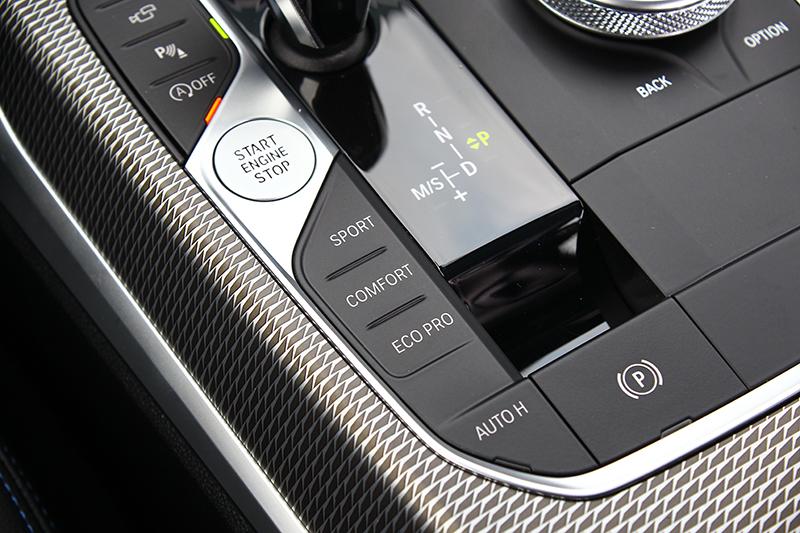 排檔座左側便是駕馭模式控鍵,但無論何者還是都偏硬朗。