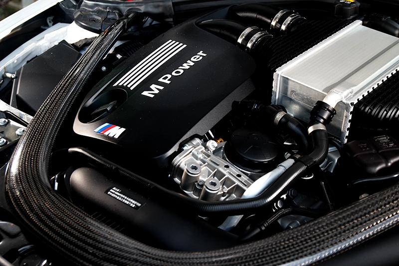 所搭載的S55 3.0升渦輪引擎具有410hp/56kgm輸出表現,碳纖維結構桿對於視覺與操控都有加分效果。