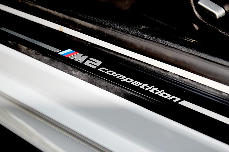 M2 Competition門檻飾板清楚說明身分。