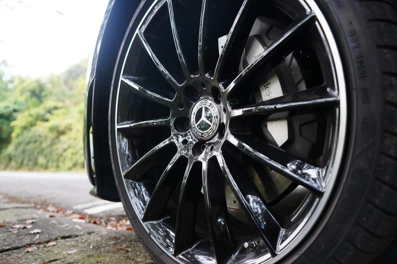 若能選購20吋燻黑AMG多幅式輪圈則可多一些戰鬥氣息