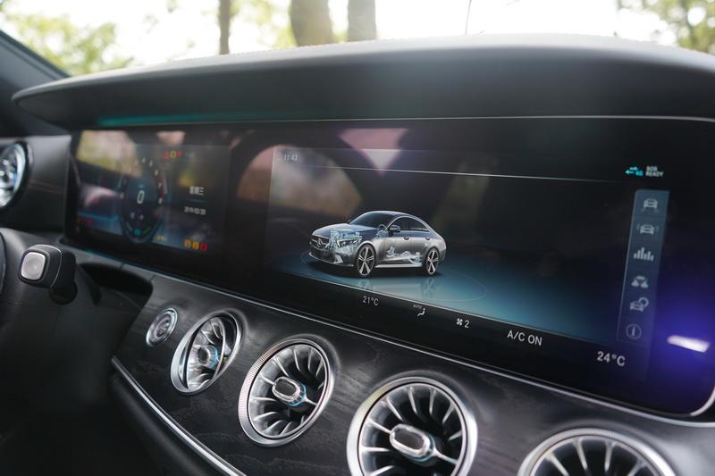 2塊12.3吋螢幕拼接合成的儀表能提供駕駛更多訊息