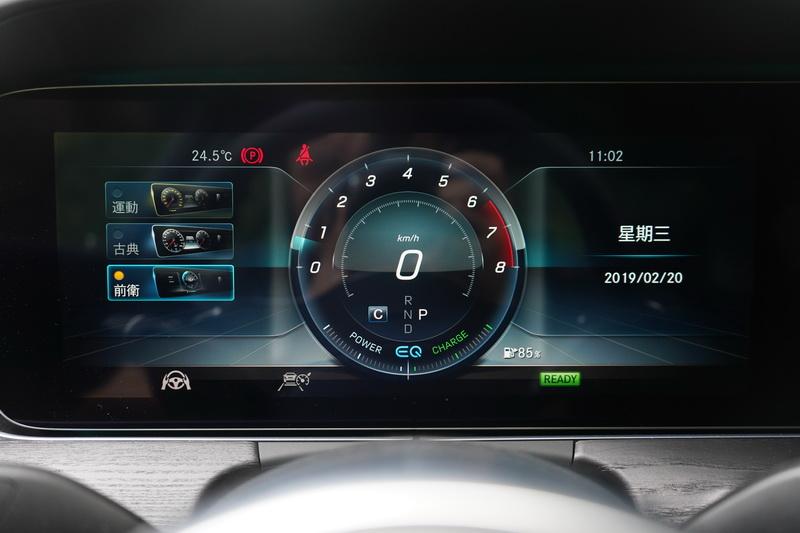 數位儀表能隨著不同模式進行款式更換,看起來科技感更為強烈