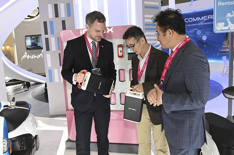 布拉格市長賀瑞普(Zdeněk Hřib)到光陽智慧交通展展區了解Ionex車能網商業版最新解決方案。