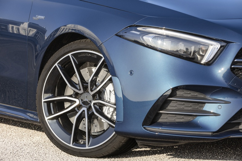 A35 Sedan在配置AMG外觀套件下散發出強烈的性能氣息。