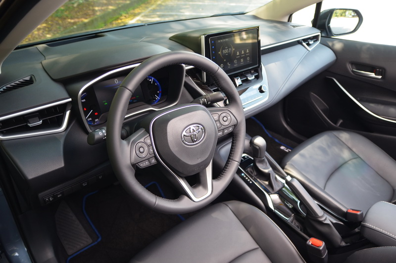 內裝配置無論是駕駛儀表、中控台、方向盤、空調出風口造型皆與Auris雷同