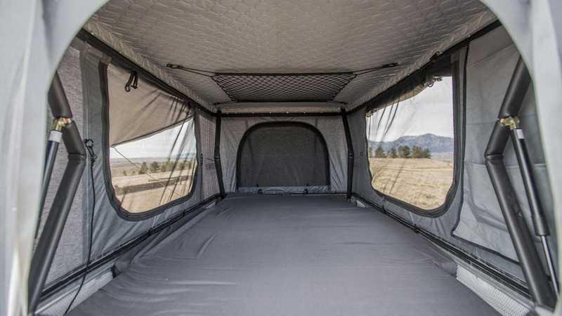 此款車頂帳長2083mm、寬1219mm的空間,兩人睡覺綽綽有餘。