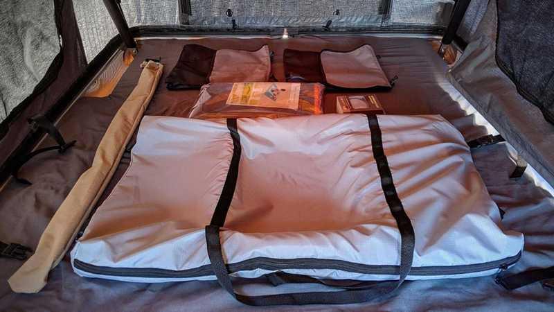 內部還提供睡墊不會讓你睡得很克難。