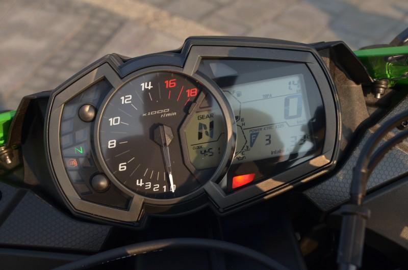 儀錶板仍採用指針轉速搭配數位顯示其他資訊做設計,判讀上相當容易。