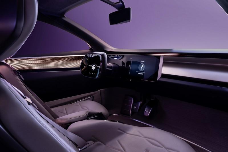 座艙僅配置一具大型螢幕與方向盤而已。
