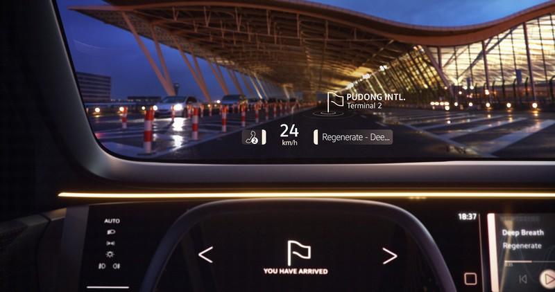 透過螢幕、數位方向盤與抬頭顯示器,駕駛就能掌握車輛所有資訊。