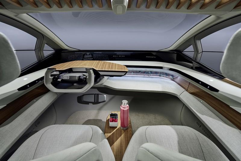 AI:ME車室相當簡約,內部全數應用數位螢幕與3D投影技術。