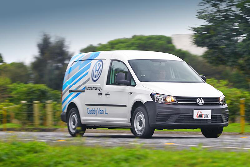 軸距相當長足足超過三公尺Cady Maxi Van,轉向難免未若Caddy Van俐落。
