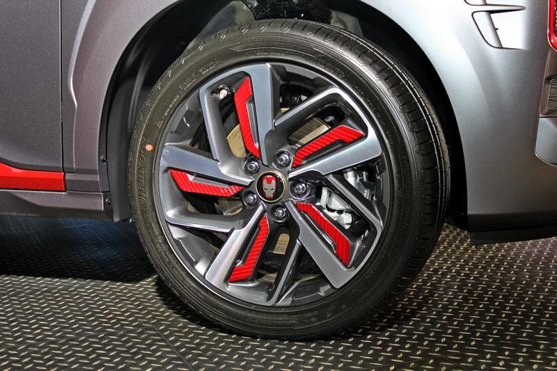 18吋專屬輪圈附有Iron Man頭徽。