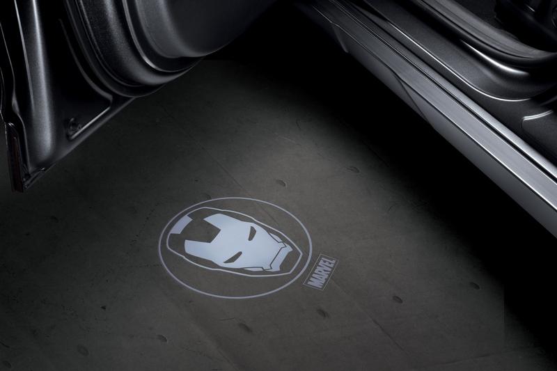 排檔桿、儀表4.2吋全彩車資顯示幕、8吋HUD抬頭顯示器等都有Iron Man設計,儀表平台更有Tony Stark專屬簽名。