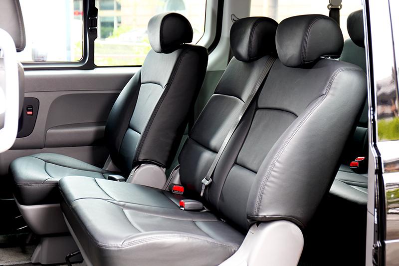 座位改為2/3/3配置,第二排僅需前移就能讓後排人員進出。