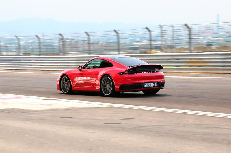 無後輪轉向的911 Carrera S因樂趣較高,獲得最多媒體朋友青睞。