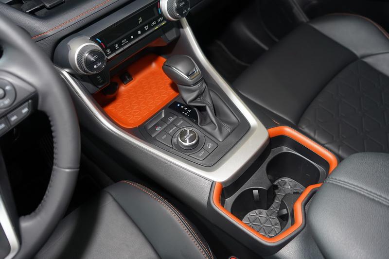 中控台下方及置杯架外框同樣採活潑的亮橘配色