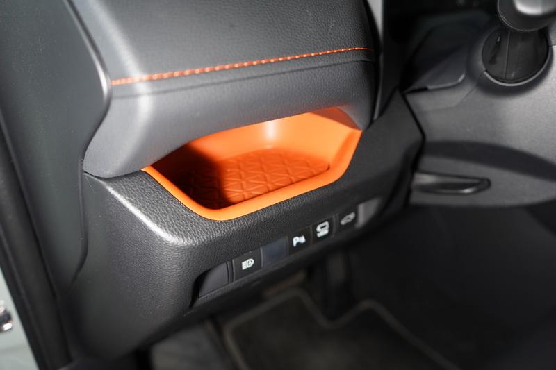方向盤左側置物空間已改為亮橘配色