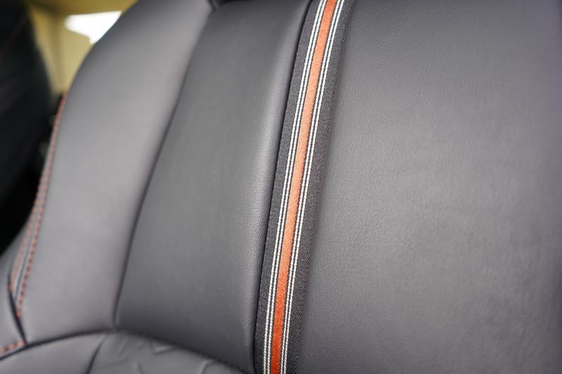 椅背中央還有一道類似賽車線條的飾條點綴