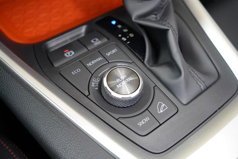 相較其他車型, Adventure版的排檔座旁邊多了一組越野模式調整旋鈕