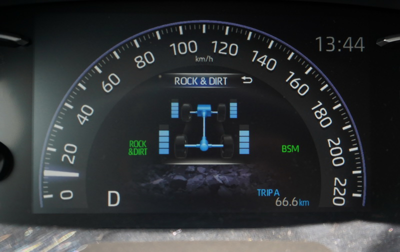 駕駛儀表也能看到四輪的動力輸出情況