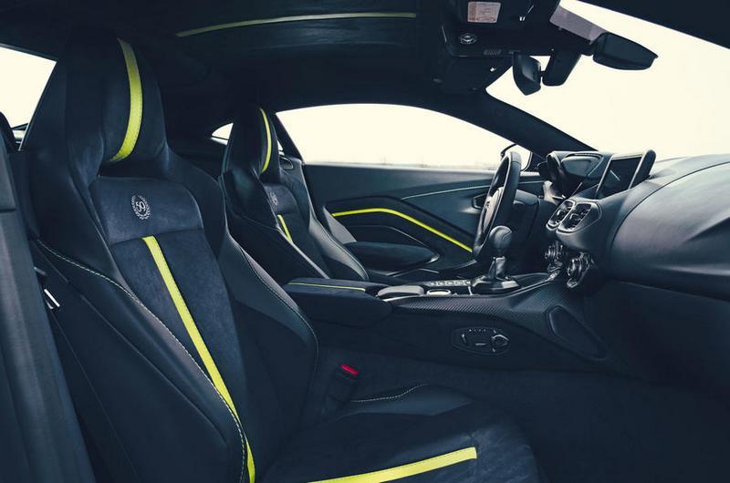 座艙除麂皮鋪陳外車縫線也採萊姆綠處理。