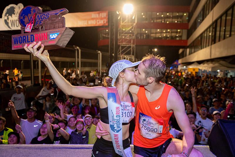 來自斯洛維尼亞的Eva Zorman以42.16公里奪下女子冠軍與男友。
