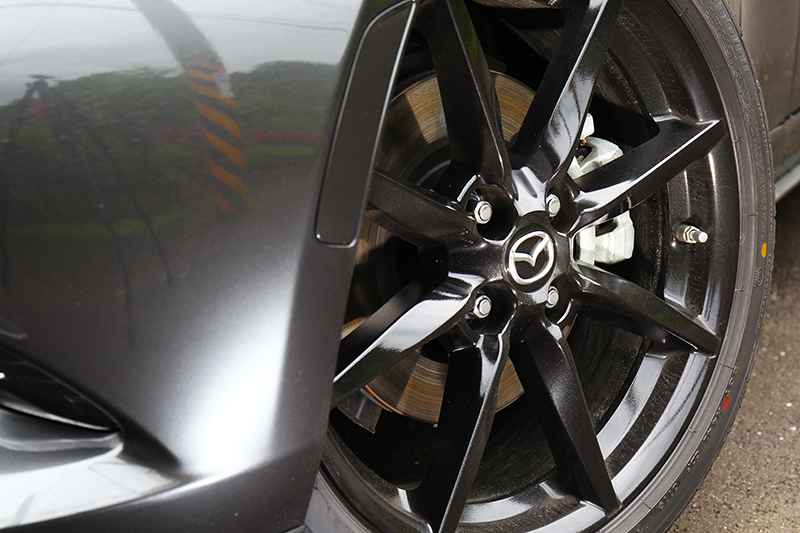 輪圈雖仍維持17吋規格但換上全新配色。